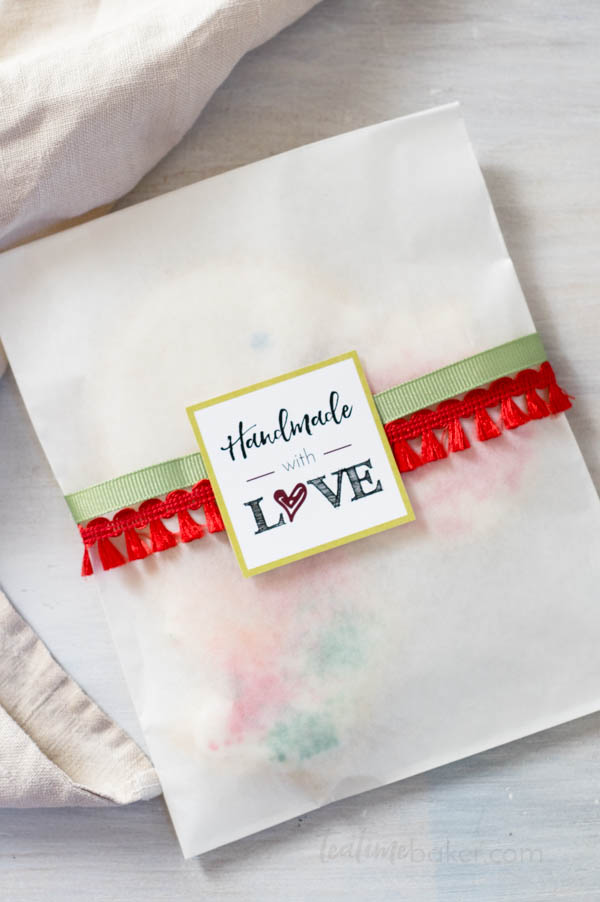 Make your holiday baking really shine with these ideas for Packaging Holiday Cookies. | Holiday Baking | Cookie Packaging | Free Printables | The Teatime Baker | #packagingholidaycookies